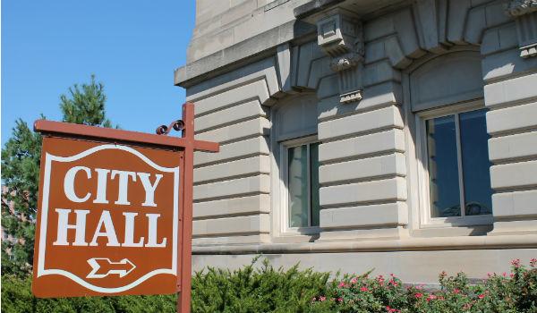 手続きは都道府県庁や市役所で行う