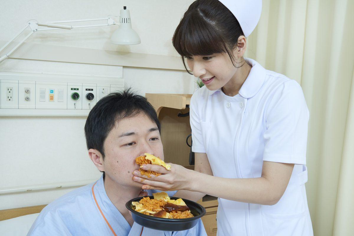 患者に手づかみでオムライスを食...